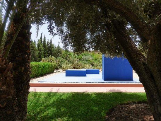 Dar Sabra Hotel Marrakech: Dans le parc de l'hôtel, palmiers et oeuvres se côtoient avec brio