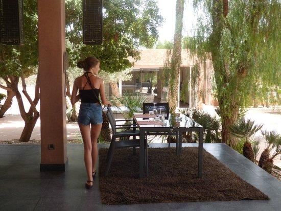 Dar Sabra Hotel Marrakech: Restaurant au  bord de la piscine, délicieux...