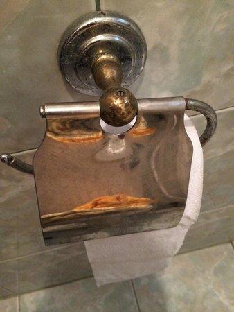 Break Point Hotel: devidoir papier toilettes rouillé et sale