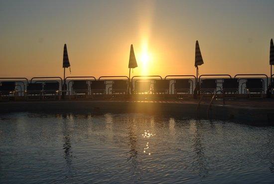 Club Lookea : Coucher du soleil Piscine face à la mer...