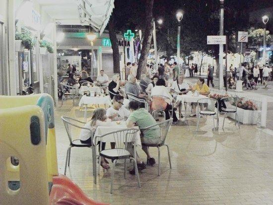 Franca hotel : esterno di sera (lato piazza principale)con manifestazioni quotidiane sempre diverse