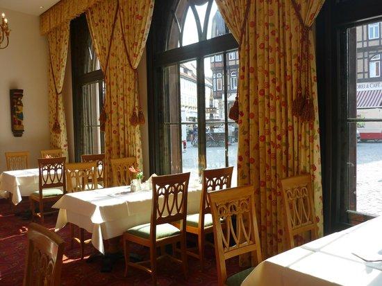 Travel Charme Gothisches Haus: Frühstücksraum mit Blick zum Markt