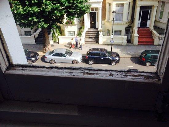 Regency Court Hotel: Dirty grimy window ledges