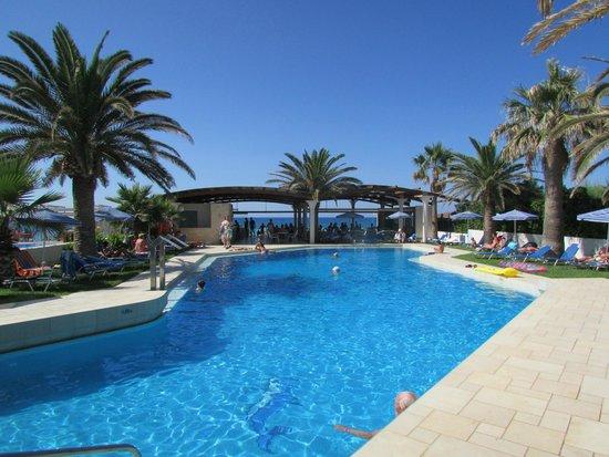 Eva Bay Hotel : бассейн отеля Eva Bay, за ним - пляж