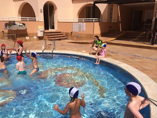 Rosamar Aparthotel : Kids playing water polo