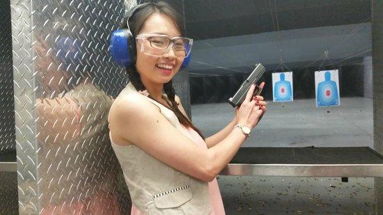 Battlefield Vegas : First time firing a pistol!