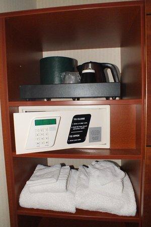 Courtyard Amsterdam Airport: Kit de bienvenida, caja de seguridad, toallas extra.