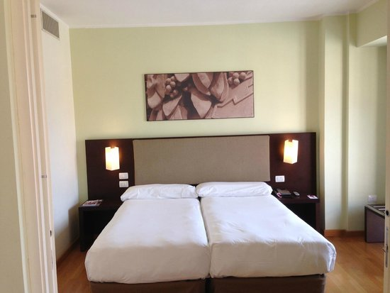 NH Collection Roma Giustiniano: Twin Bett im Schlafbereich