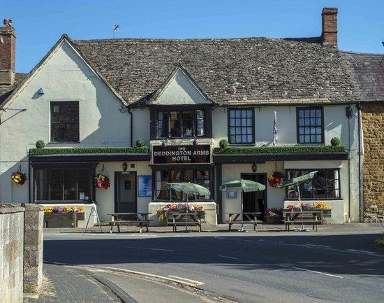 Deddington Arms Hotel: Front of Deddington Arms