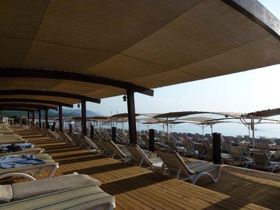 SENTIDO Palmet Resort: Пляж отеля. Вид с деревянного настила.