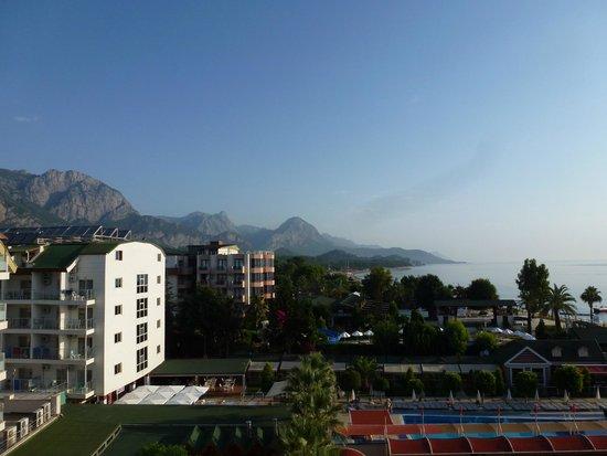 SENTIDO Palmet Resort: Вид из номера. На соседний отель горы, море. (номер на восточной стороне)