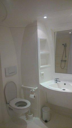 Hotel Talencia: La salle de bain en plastique monobloc