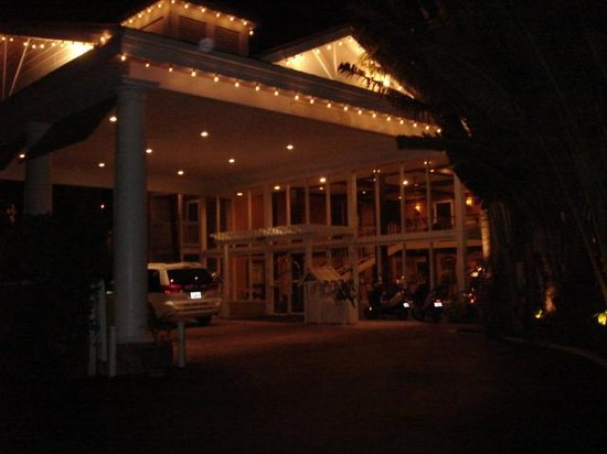 The Inn at Key West : Hotel entrance at night