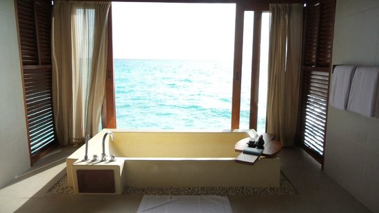 Anantara Dhigu Maldives Resort: BATHTUB WITH AN OCEAN VIEW