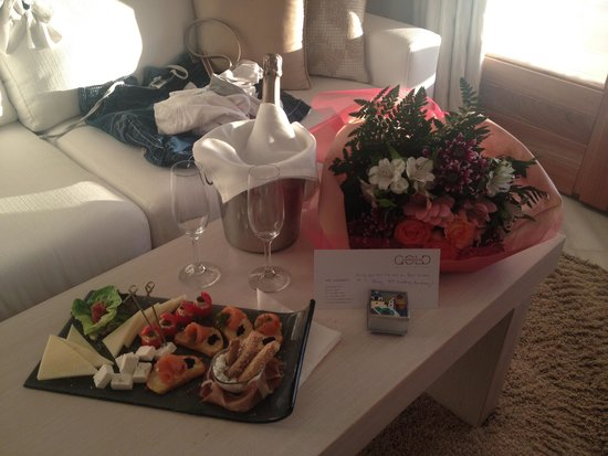 Gold Suites: Surprise from the hotel staff on wedding anniversary