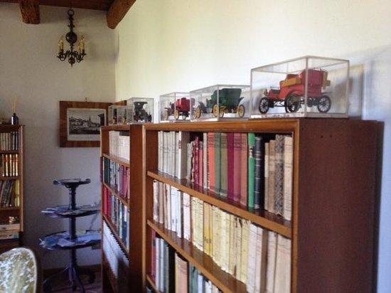 Tenuta La Pergola: libri, libri in un salotto d'altri tempi