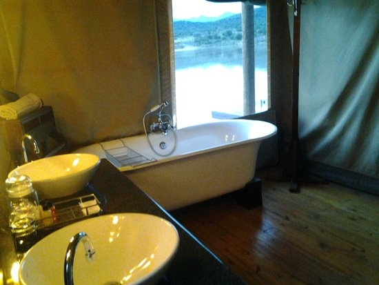 Buffelsdrift Game Lodge : Luxury bathroom.