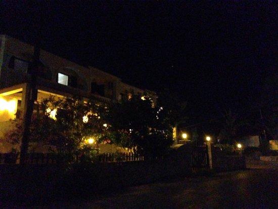Bozikis Palace: Отель ночью