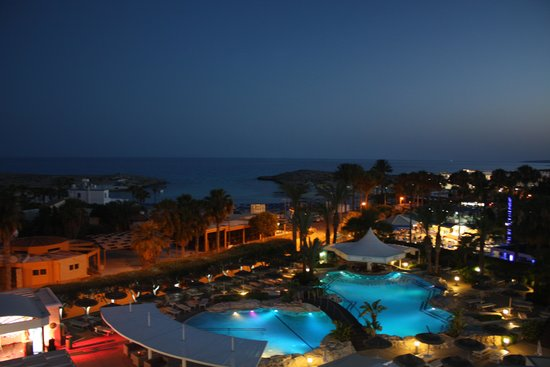 Tasia Maris Beach Hotel: night view of pool