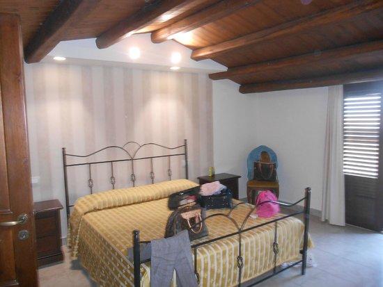 Hotel Aliai : Camera matrimoniale