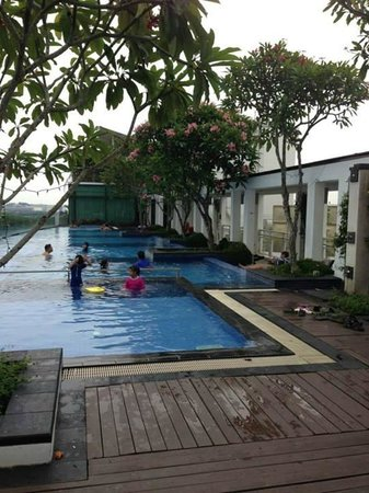 Village Hotel Changi by Far East Hospitality: Infinity pool