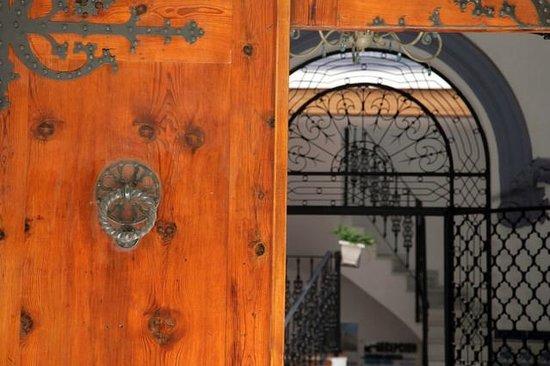 Apartamentos Edificio Palomar: puerta principal
