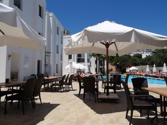 Queen Resort Hotel: open air dining at pool side