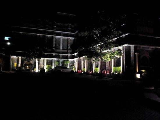 Ramada Udaipur Resort and Spa: Hotel entrance at night