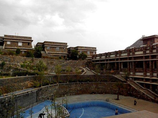 Ramada Udaipur Resort and Spa : Pool area