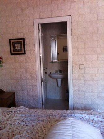 Hostal Adria Santa Ana: Habitación y baño