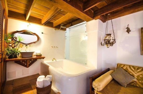 Alfiz Hotel : Integrated bath tub in junior suite