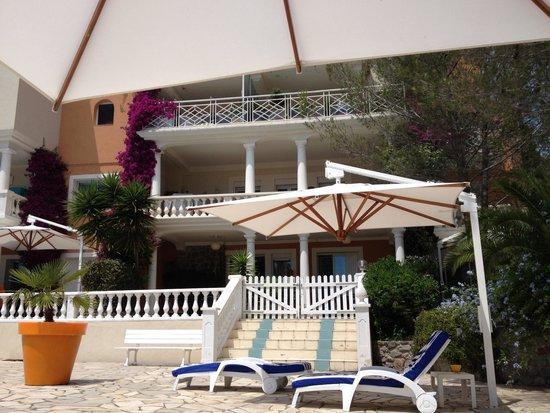 Chambre d'hotes La Potiniere: Terrasse de la chambre vue de la piscine