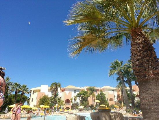 Four Seasons Vilamoura: Around the pool