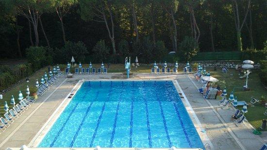 Hotel Country Club : Piscina vista dal terrazzo della camera