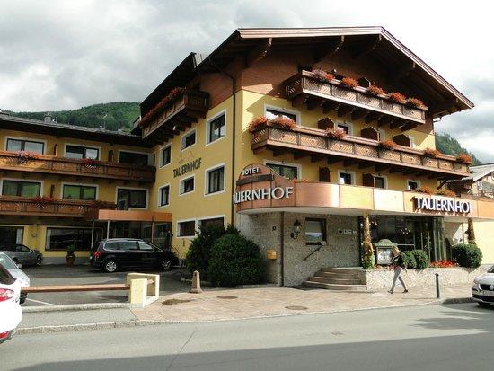 Hotel Tauernhof: Außenansicht von der Strasse