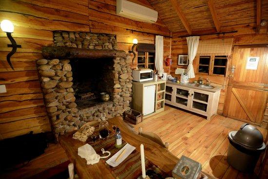 De Zeekoe Guest Farm : Wohnraum mit Küchenecke Cabin