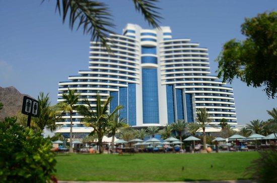 Le Meridien Al Aqah Beach Resort : отель достаточно высокий