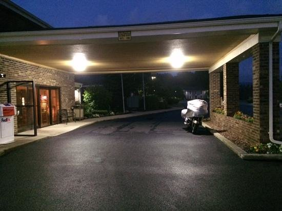 Quality Inn: Motorcycle under the entrance canopy.
