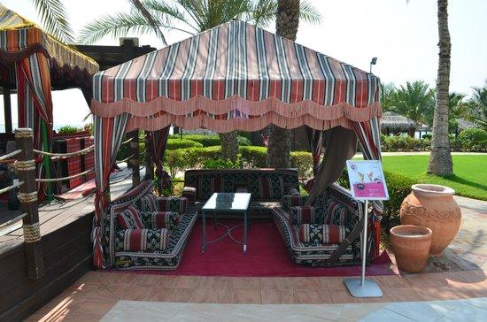 Le Meridien Al Aqah Beach Resort : место для отдыха с семьей и компанией возле бассейна
