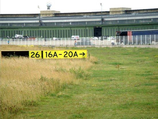 Tempelhofer Park: De aankomst en vertrekhal.