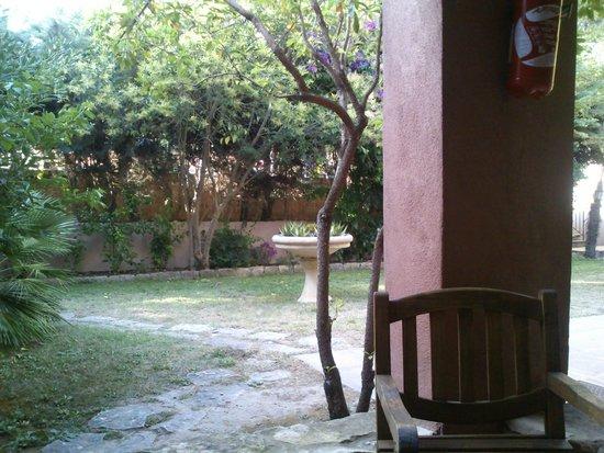 Les Jardins de Cassis: Vue de la chambre, avec salon sur la terrasse