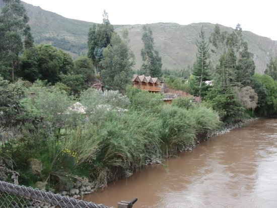 Arco Iris del Puente Lodge: Das Hotel von der Brücke aus gessehen