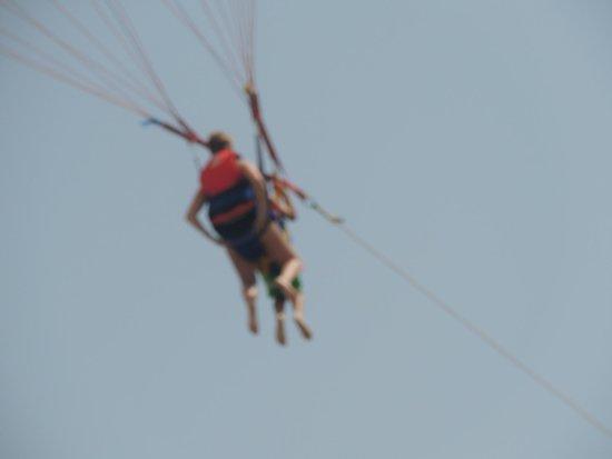 Bellevue Park : Sam et Nathalie en parachute