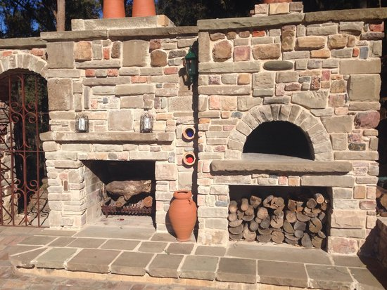 Bimbadeen Mountain Retreat: Check out the pizza oven!