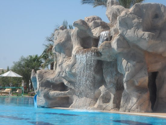 Hilton Sharks Bay Resort : waterfall with slide