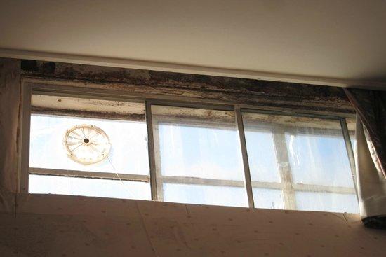 Britannia Sachas Hotel: Rusty window frames.