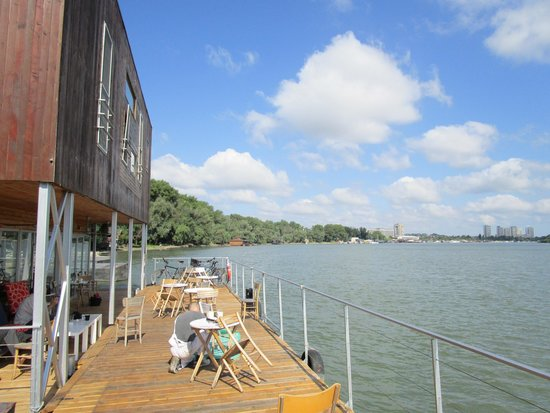 Arkabarka Floating Hostel: Café terrace