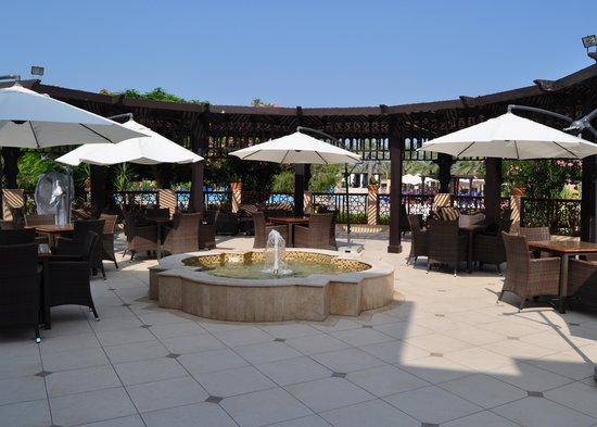 Miramar Al Aqah Beach Resort: Outdoor Bar Area