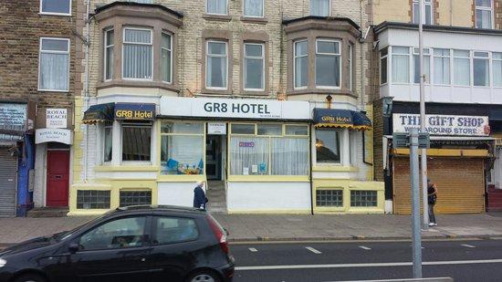 GR8 Hotel: Shabby front, shabby inside