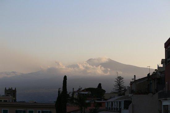 Atahotel Capotaormina: view of Mount Etna at breakfast